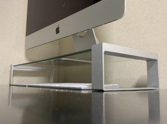 ガラス製デスクボートの上にiMacを載せたところ