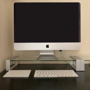 ガラス製デスクボードの上に載せたiMac