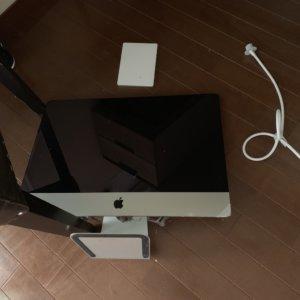 iMac液晶ディスプレイの下部にあるスリットにたまっていたホコリ