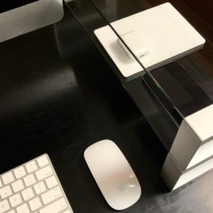 デスクボードにiPhone、トラックパッド、アイポッド