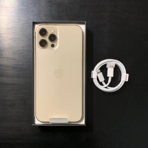 iPhone12ProMax(ホワイト)の背面とケーブル