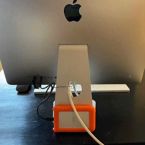 iMacの後ろにHDDを立て掛けて隠している